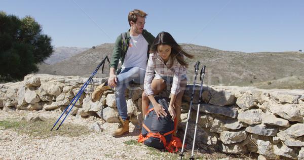 Deux personnes trekking deux jeunes élevé montagnes Photo stock © dash
