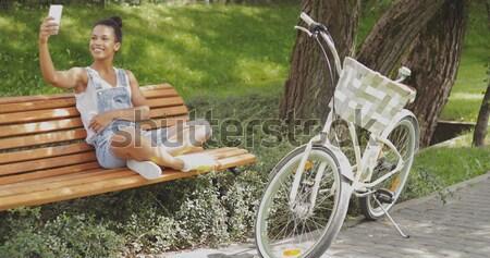 Jongeling smartphone fiets jonge toevallig vrouw Stockfoto © dash