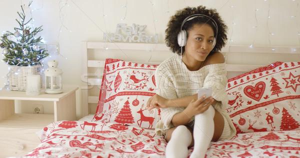 Cute célibataire longtemps chandail lit écouter de la musique Photo stock © dash