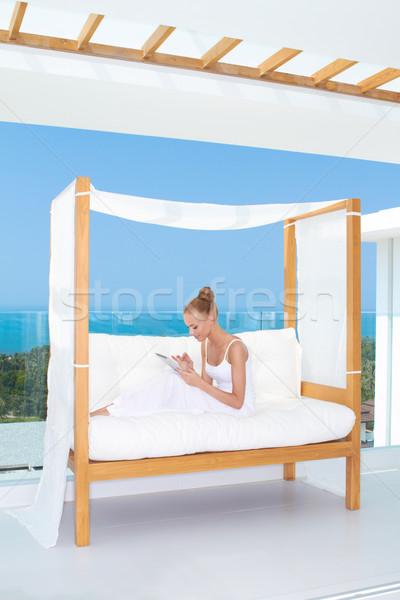 Piękna kobieta touchpad notebooka świeże wysoki kluczowych Zdjęcia stock © dash