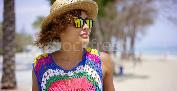 ストックフォト: にやにや · 女性 · サングラス · 帽子 · 海 · 美しい