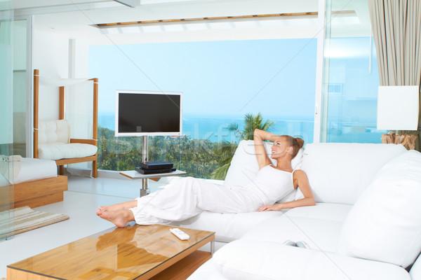 Foto stock: Mulher · relaxante · espaçoso · brilhante · sala · de · estar · sofá