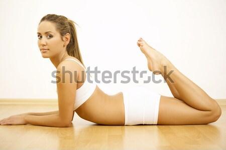 Hermosa esbelto mujer posando top-less largo Foto stock © dash