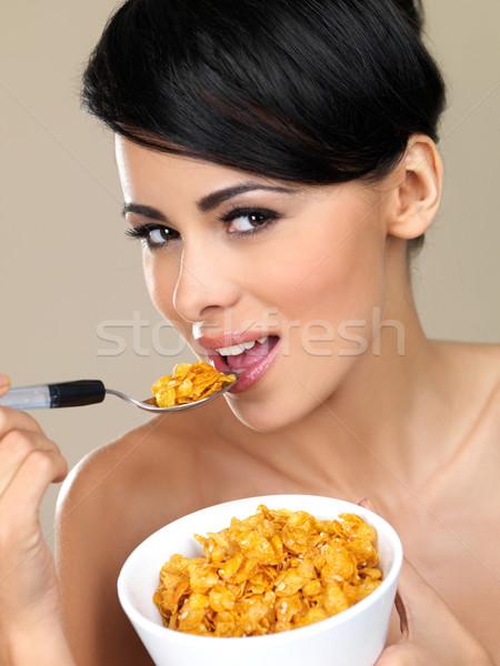 Schoonheid natuurlijke portret mooie vrouw eten cornflakes Stockfoto © dash