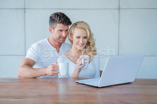 ストックフォト: カップル · 飲料 · コーヒー · 読む · ノートパソコン · 魅力的な