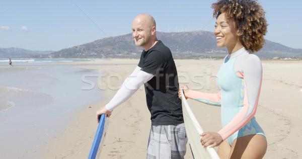 Vrolijk surfers strand glimlachend man vrouw Stockfoto © dash