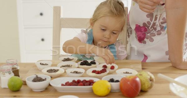 Meisje bessen muffins bogen Stockfoto © dash