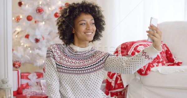 ストックフォト: 幸せ · 若い女性 · ポーズ · クリスマス · 携帯電話 · 赤