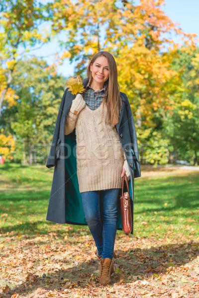 Mosolygó nő természet ősz csinos mosolyog fiatal nő Stock fotó © dash