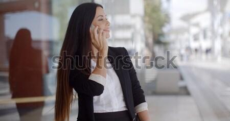 élégant femme cheveux longs permanent mobiles séduisant Photo stock © dash