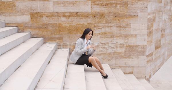 Joli femme d'affaires séance étapes téléphone vue de côté Photo stock © dash