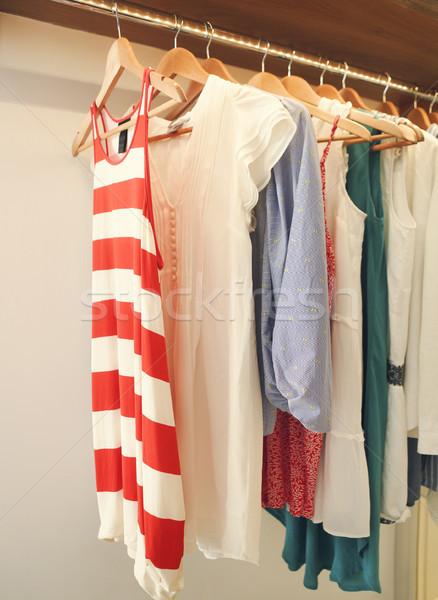 Vêtements cintre chambre robes femme design Photo stock © dashapetrenko