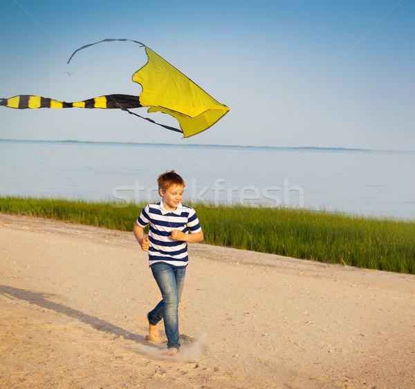 Aranyos fiú fut légy papírsárkány tengerpart Stock fotó © dashapetrenko