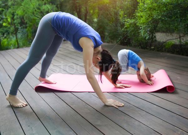 Anya lánygyermek testmozgás gyakorol jóga kint Stock fotó © dashapetrenko