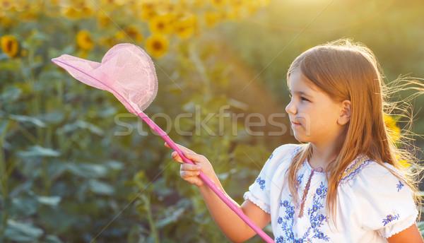 Alegre little girl jogar campo inseto com Foto stock © dashapetrenko