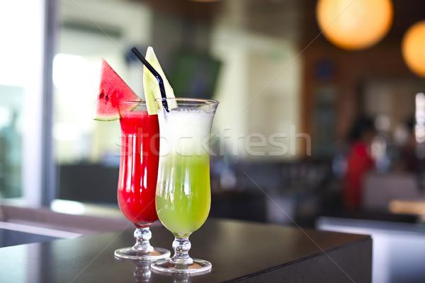 Szemüveg friss gyümölcs dzsúz bár pult közelkép Stock fotó © dashapetrenko