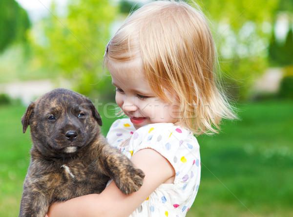 Bonitinho little girl cão cachorro amizade Foto stock © dashapetrenko