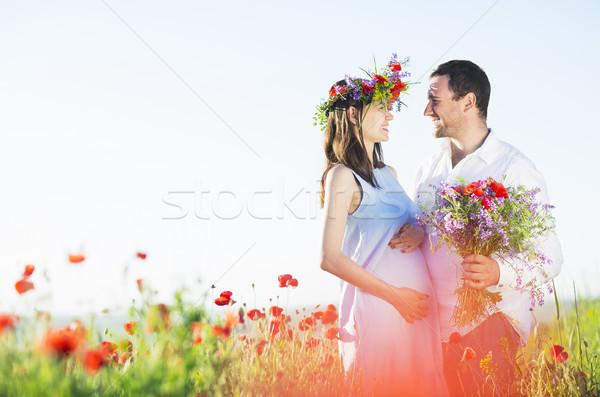 Retrato jovem belo grávida casal papoula Foto stock © dashapetrenko