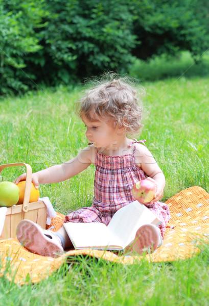 Pequeno menina parque frutas livro primavera Foto stock © dashapetrenko
