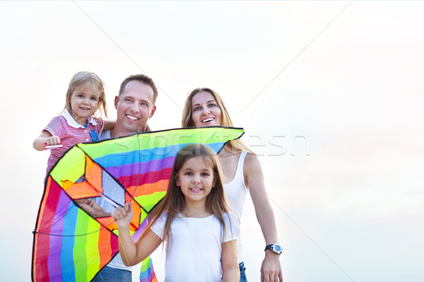 Gelukkig jonge glimlachend familie vliegen Kite Stockfoto © dashapetrenko