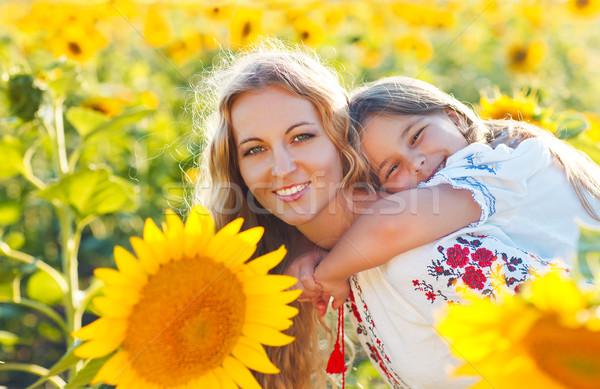 Feliz mãe pequeno filha girassol campo Foto stock © dashapetrenko