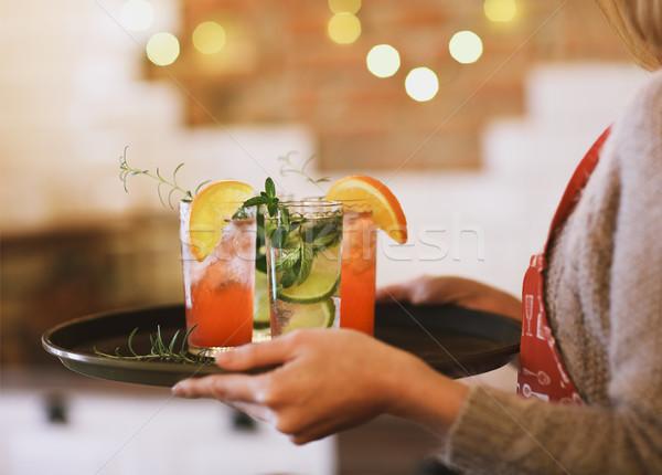 Jonge mooie vrouw Rood groene cocktails dienblad Stockfoto © dashapetrenko