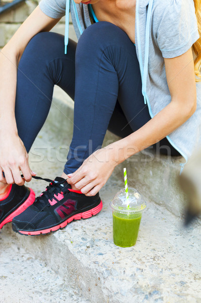 Vert smoothie tasse femme chaussures de course Photo stock © dashapetrenko