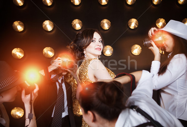 Superstar vrouw poseren paparazzi gouden Stockfoto © dashapetrenko