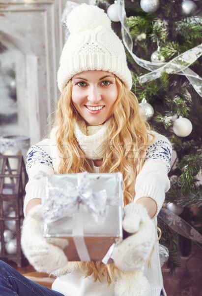 Feliz mulher jovem natal apresentar mãos árvore de natal Foto stock © dashapetrenko