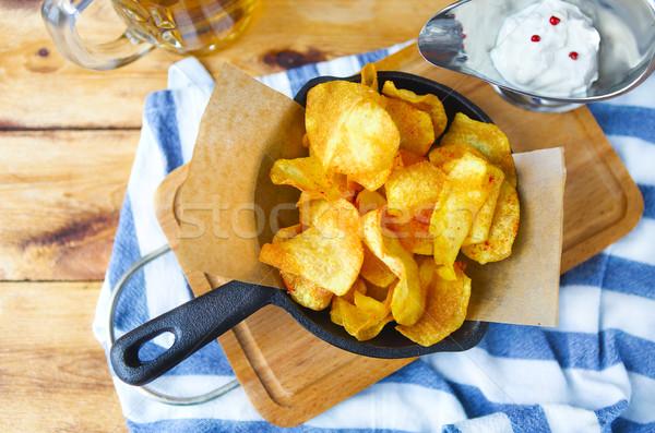 Batatas fritas alho molho cerveja frigideira mesa de madeira Foto stock © dashapetrenko