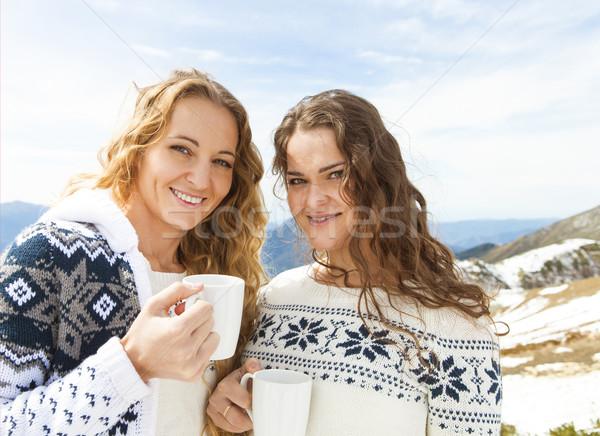 Twee vrouwelijke vrienden genieten warme drank cafe Stockfoto © dashapetrenko