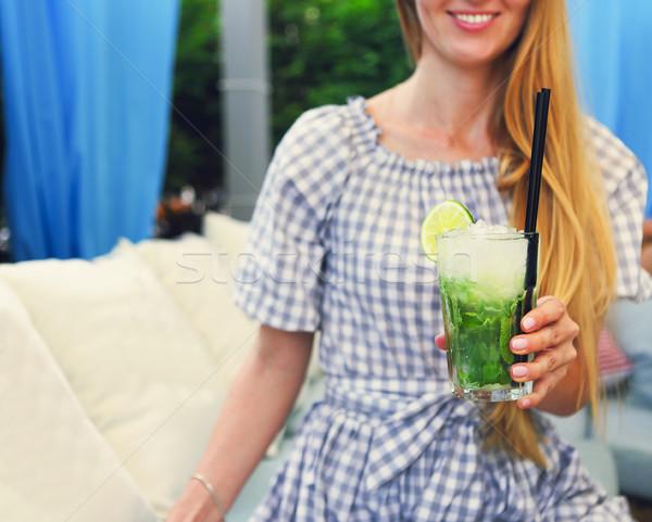 Glas Limonade Freien Mädchen Hand Stock foto © dashapetrenko