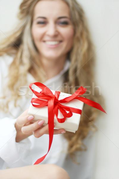 Menina apresentar projeto branco fita natal Foto stock © dashapetrenko