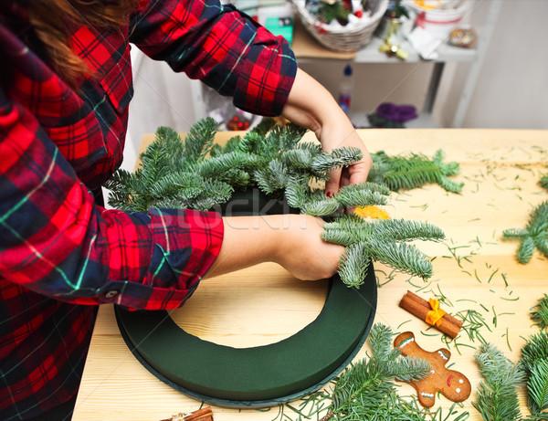 ストックフォト: 女性 · クリスマス · 花輪 · 花屋 · 愛 · デザイン