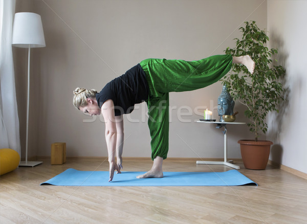 Yoga âge moyen fille Photo stock © dashapetrenko