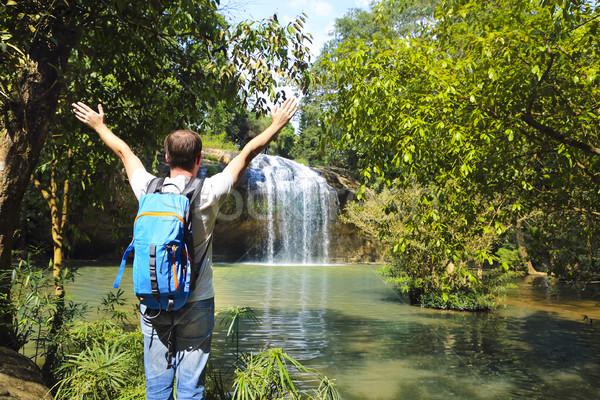 Homme regarder scénique cascade Viêt-Nam sac à dos Photo stock © dashapetrenko