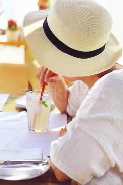 Foto stock: Mulher · chapéu · de · palha · potável · limonada · suco · vestido · branco