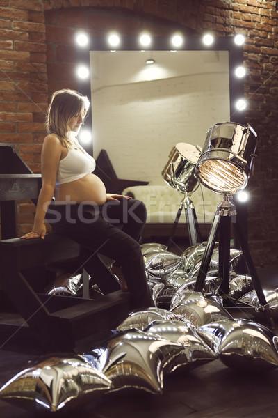 молодые беременная женщина позируют зеркало Spotlight девушки Сток-фото © dashapetrenko