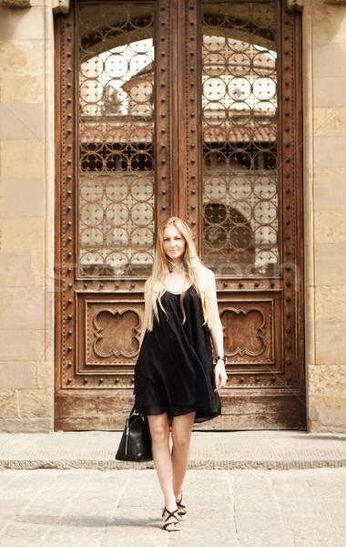 Hermosa rubio mujer calle barrio antiguo aire libre Foto stock © dashapetrenko