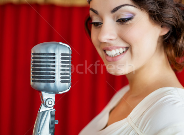 ストックフォト: 美人 · 歌 · マイク · 美しい · 笑顔の女性 · 笑顔