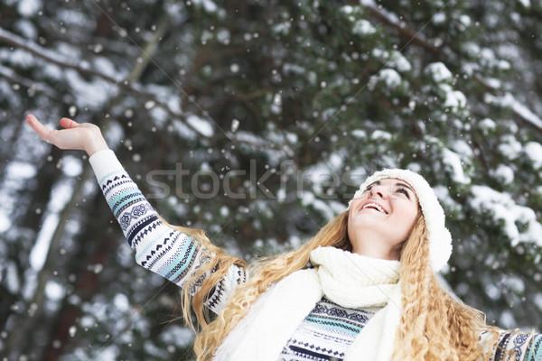 Bonitinho mulher jovem ao ar livre feliz brasão Foto stock © dashapetrenko