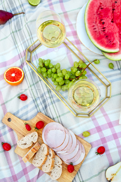 Picnic vino bianco erba verde primo piano primavera alimentare Foto d'archivio © dashapetrenko