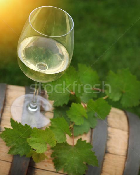Foto stock: Um · vidro · vinho · branco · folhas · verdes · uva · vinho