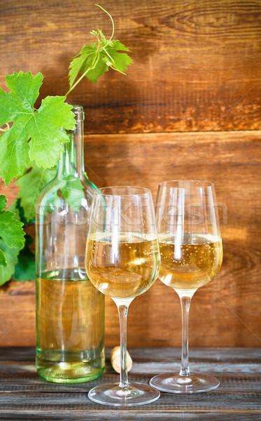Ancora vita occhiali vino bianco bottiglia di vino bianco foglie party Foto d'archivio © dashapetrenko