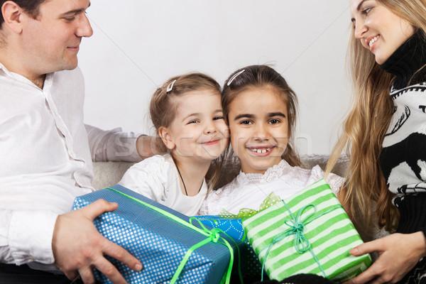 Famille heureuse présente père mère donner famille Photo stock © dashapetrenko