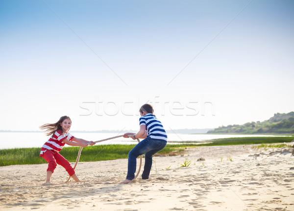Háború fiú lány játszik tengerpart nyári szabadság Stock fotó © dashapetrenko