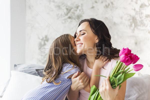 Jonge vrouw omarmen klein meisje tulpen vrouw Stockfoto © dashapetrenko