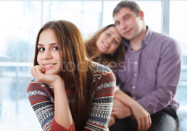 Glimlachend tienermeisje vergadering ouders gelukkig meisje Stockfoto © dashapetrenko