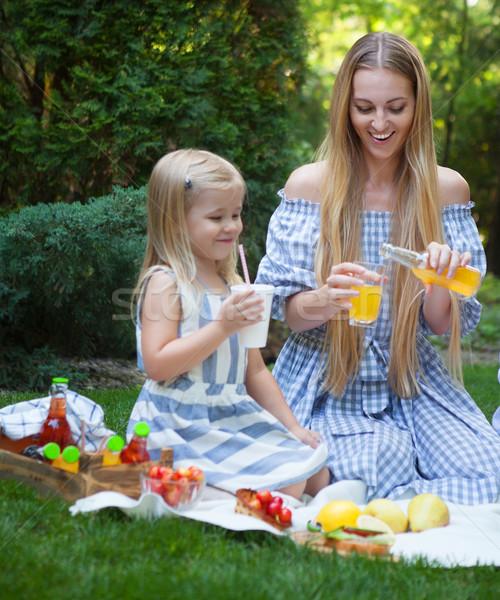 Zdjęcia stock: Szczęśliwy · młodych · matka · córka · piknik · lata