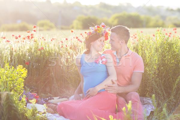 Jovem belo grávida casal papoula campo Foto stock © dashapetrenko